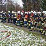 junge motivierte Feuerwehrmänner und -frauen